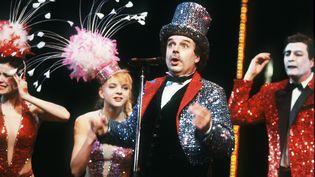 """Jérôme Savary interprète le spectacle """"Bye bye show-biz"""" avec sa troupe du Grand Magic Circus, en 1985 au théâtre Mogador, à Paris. (GEORGES BENDRIHEM / AFP)"""