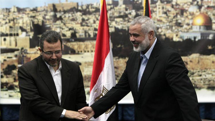 Le chef du gouvernement égyptien, Hicham Qandil (à g.) et lechef du gouvernement du Hamas, Ismaïl Haniyeh, le 16 novembre 2012 à Gaza. (MAHMUD HAMS / AFP)