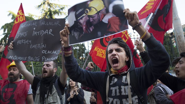 Des manifestants crientleur colère et expriment leur solidarité aux victimes de la catastrophe de la mine de Soma, à Istanbul (Turquie), jeudi 15 mai 2014. (JODI HILTON / NURPHOTO)