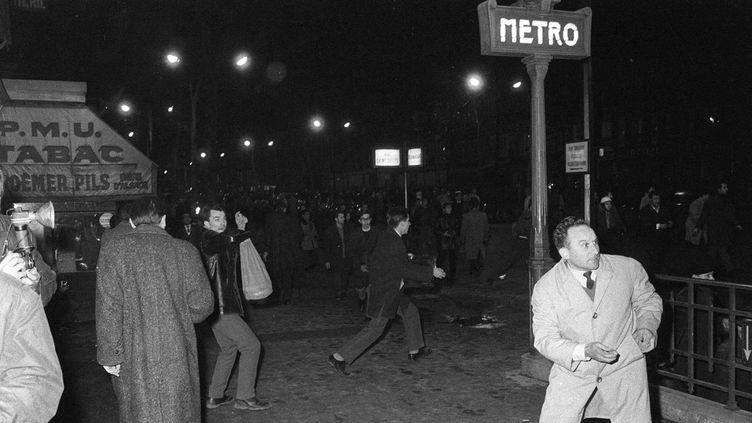 (8 février 1962. Une manifestation contre l'OAS est interdite. La police charge, les manifestants se réfugient métro Charonne. 9 d'entre eux meurent dans les accès de la station, restés fermés. ©Dalmas/SIPA)