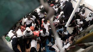 """Des migrants sur le pont de l'""""Aquarius"""", un navire humanitaire, le 12 juin 2018, après avoir été secourus en mer Méditerranée. (REUTERS)"""