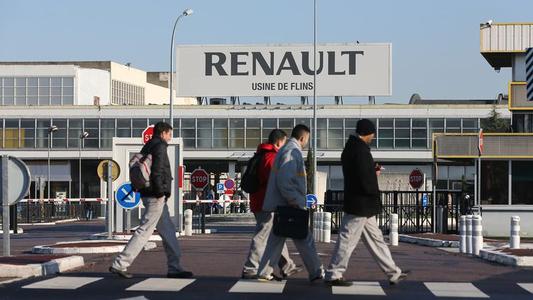 Des salariés de Renault à l'usine de Flins (Yvelines), le 16 janvier 2013. (THOMAS SAMSON / AFP)