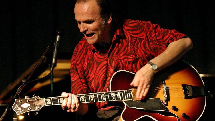 Le guitariste Marc Fosset le 8 mai 2004 au Sénégal, au festival de jazz de Saint-Louis (NIC BOTHMA / EPA / MaxPPP)