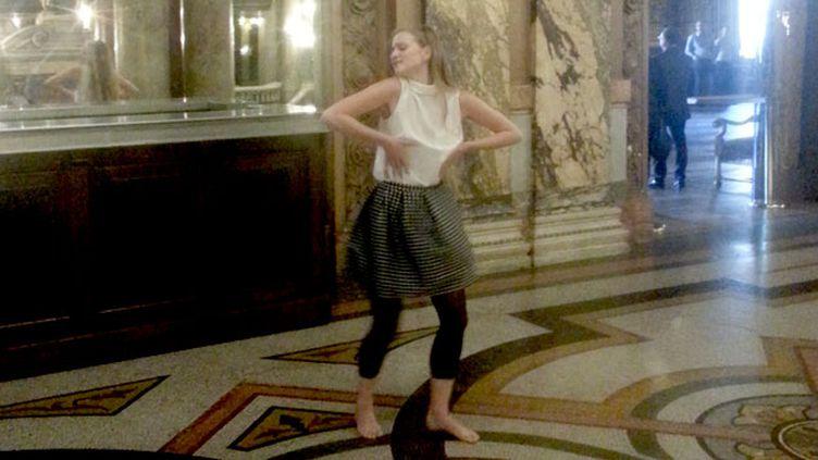 (Juliette Gernez interprète la danse de Brigitte Bardot dans Et Dieu créa la femme, de Roger Vadim © Radio France / Thierry Fiorile)