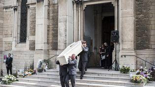 Le cercueil d'Hervé Cornara, victime de l'attentat en Isère, est porté hors de l'église de Fontaine-sur-Saône (Lyon), le 3 juillet 2015. (JEAN-PHILIPPE KSIAZEK / AFP)