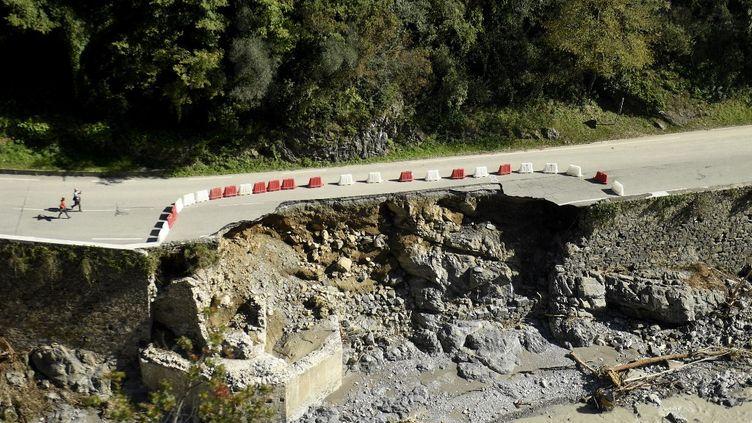 Une route détruite par la tempête Alex, entre  Breil-sur-Roya and Fontan (Alpes-Maritimes), le 8 octobre 2020. (NICOLAS TUCAT / AFP)
