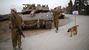 Des soldats israéliens stationnent près de la frontière avec la bande de Gaza, le 18 août 2014. (AMIR COHEN )