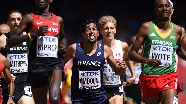 Le Français Morhad Amdouni à la lutte derrière l'un des favoris du 1500m, Kiprop (OLIVIER MORIN / AFP)
