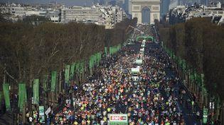 Le départ du 40e marathon de Paris, le 3 avril 2016 sur les Champs-Elysées. (MARTIN BUREAU / AFP)