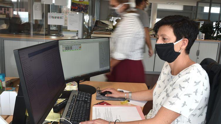 Le port du masque en entreprise. Photo d'illustration. (PHILIPPE VACHER / MAXPPP)