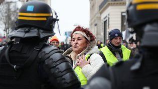 """Des """"gilets jaunes"""" font face à la police, samedi 29 décembre 2018 sur l'avenue des Champs-Elysées, à Paris. (ZAKARIA ABDELKAFI / AFP)"""