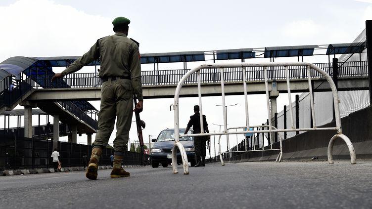 Un policier nigérian à un point de contrôle pour faire respecter le confinement à Lagos, le 12 avril 2020. (PIUS UTOMI EKPEI / AFP)