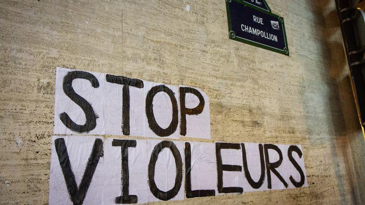 """Le message """"Stop violeurs"""" collé sur un mur dans une rue de Paris, le 12 novembre 2019. (AMAURY CORNU / HANS LUCAS / AFP)"""
