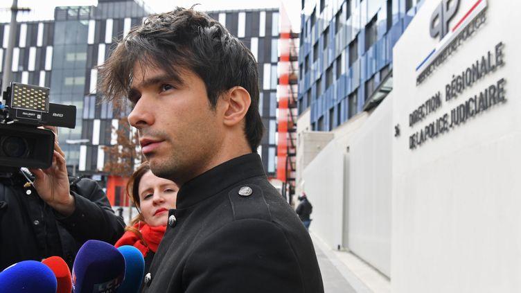 L'avocat Juan Branco à la sortie de la direction régionale de la police judiciaire dimanche 16 février 2020 à Paris. (ALAIN JOCARD / AFP)