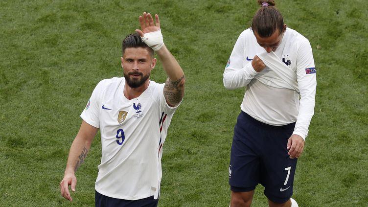 Olivier Giroud et Antoine Griezmann sur la pelouse de la Puskas Arena de Budapest, samedi 19 juin. (LASZLO BALOGH / POOL / AFP)