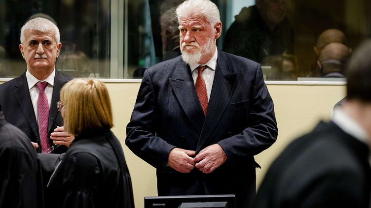 Slobodan Praljak, accusé croate de Bosnie, devant le Tribunal pénal international de La Haye (Pays-Bas), mercredi 29 novembre 2017. (ROBIN VAN LONKHUIJSEN/AP/SIPA)