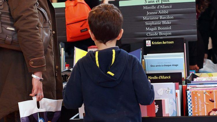 Un enfant au salon du Livre à Paris (2014)  (Bruno LEVESQUE / MAXPPP)