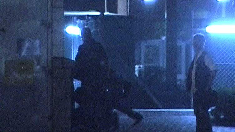 Capture d'écran d'une vidéo de la télévision Now TVmontrant des policiers en civil tabasser un manifestant, le 15 octobre 2014 à Hong Kong, en marge d'affrontements lors des manifestation pro-démocratie. (NOW TV / AFP)