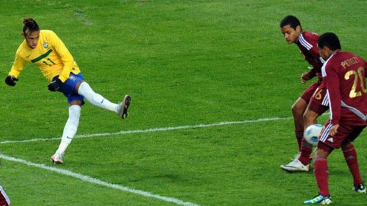 Les Brésiliens célèbrent leur premier but contre le Chili (PABLO PORCIUNCULA / AFP)