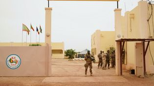 Un soldat malien à l'entrée d'un camp de base de la force G5 Sahel (SEBASTIEN RIEUSSEC / AFP)