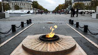 La flamme du Soldat inconnu, sous l'Arc de triomphe, le 11novembre 2019, à Paris. (LUDOVIC MARIN / AFP)