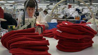 Des bonnets rouges confectionnés dans l'usine Armor Lux de Quimper (Finistère), le 31 octobre 2013. (MAXPPP)