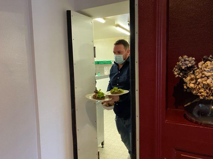 Jérôme, l'un des patrons du Central de Boussac (Creuse), se réjouit de pouvoir à nouveau servir des plats dressés joliment dans une assiette. (BORIS LOUMAGNE / RADIOFRANCE)
