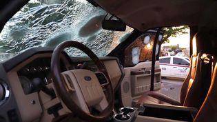 Un véhicule criblé de balles après un affrontement le 17 octobre 2019 entre forces de police mexicaines et des tireurs lourdement armés à Culiacan, dans l'état de Sinaloa dontle trafiquant El Chapo est originaire. (RASHIDE FRIAS / AFP)