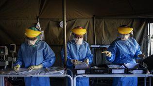 Des tentes dressées près d'un hôpital de Johannesburg, en Afrique du Sud, pour pratiquer des tests pour le Covid-19. Photo prise le 15 avril 2020 (MICHELE SPATARI / AFP)