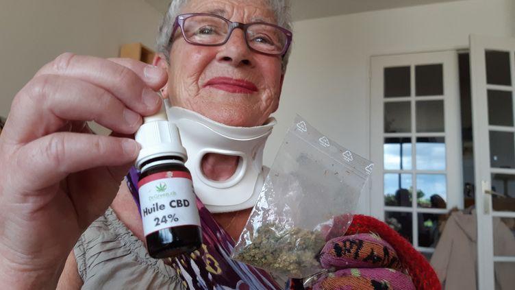 Depuis deux ans, Chantal se soigne avec des fleurs et de l'huile de cannabis. (SOLENNE LE HEN / RADIO FRANCE)