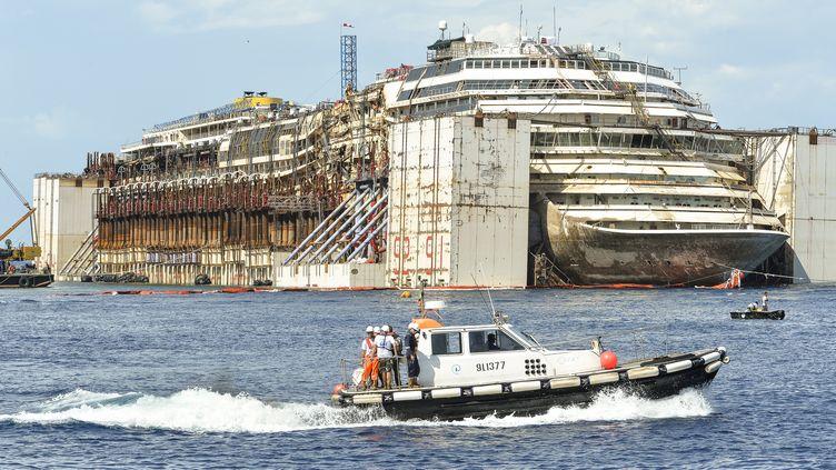 """La proue du """"Costa Concordia"""", près de l'île du Giglio (Italie), le 23 juillet 2014. (ANDREAS SOLARO / AFP)"""