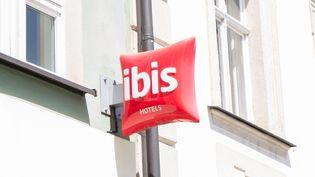 Le groupe hôtelier Accor Hotels, qui regroupe plusieurs enseignes comme Ibis ou Novotel, a connu une perte importante au premier semestre 2020, marqué par la crise du coronavirus. (FOTOSTAND / K. SCHMITT / FOTOSTAND / AFP)