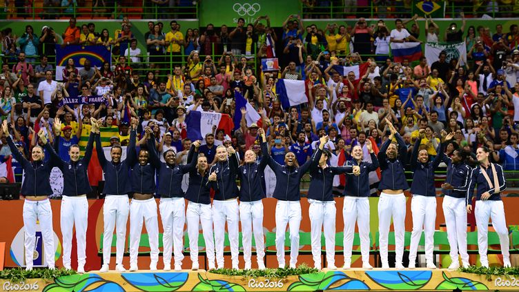 L'équipe de France féminine de handball sur la deuxième marche du podium aux JO de Rio (FRANCK FIFE / AFP)