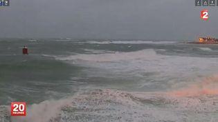 La mer déchaînée auGuilvinec (Finistère), le 4 février 2014. (FRANCE 2  / FRANCETV INFO)