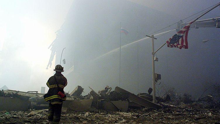 Un pompier devant les ruines du World Trade Center, à New York (Etats-Unis), le 11 septembre 2001. (DOUG KANTER / AFP)