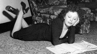 Edith Piaf le 2 novembre 1948 dans un hôtel de New York  (Lopez / Upi / AFP)