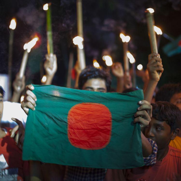 Des habitants de l'enclave indienne deMasaldanga célèbrent l'entrée en vigueur de la loi qui rattacheleur territoire au Bangladesh, le 1er août 2015. (ZAKIR HOSSAIN CHOWDHURY / AFP)