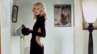 """Mireille Darc dans """"Le grand blond avec une chaussure noire"""" dans une robe noire signée Guy Laroche, dénudant largement son dos  (NANA PRODUCTIONS/SIPA)"""