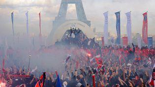 Les joueurs du Paris Saint-Germain soulèvent leur trophée de champions de France dans une ambiance tendue, lundi 13 mai 2013, place du Trocadéro, à Paris. (FRANCK FIFE / AFP)