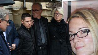 Jonathann Daval, soupçonné du meurtre de sa femme, Jean-Pierre et Isabelle Fouillot, les parents de la jeune femme, le 8 novembre 2017 à Gray (SEBASTIEN BOZON / AFP)