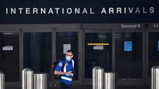 Un agent de sécurité aérienne de l'aéroport international de Los Angeles (Etats-Unis), le 12 mai 2020. (FREDERIC J. BROWN / AFP)