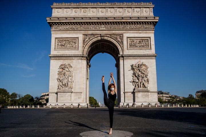 La danseuse et chorégraphe syrienne dansedevantl'Arc de Triopheà Paris,le 22 avril 2020 (SAMEER AL-DOUMY / AFP)