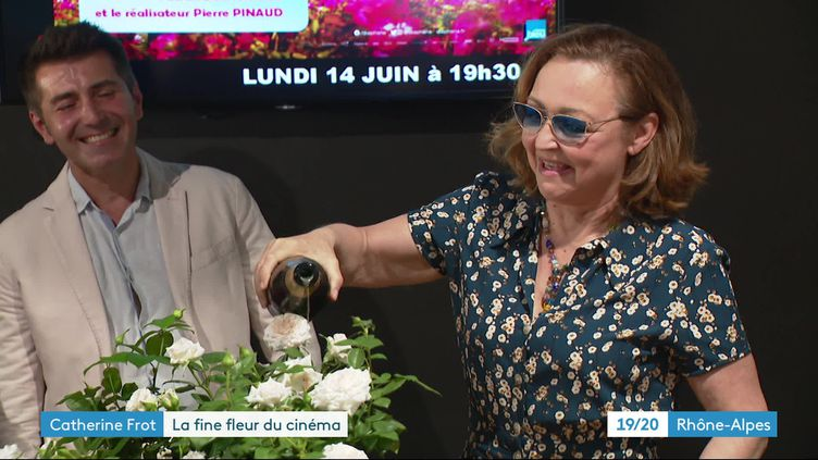 ARoanne, Catherine Frot baptise un rosier portant son nom. (CAPTURE D'ÉCRAN FRANCE 3 / JC. ADDE)