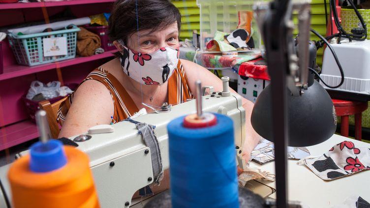 Une couturièreconfectionne des masques en tissu, à Septfonds (Tarn-et-Garonne), le 25 mars 2020. (PATRICIA HUCHOT-BOISSIER / HANS LUCAS / AFP)