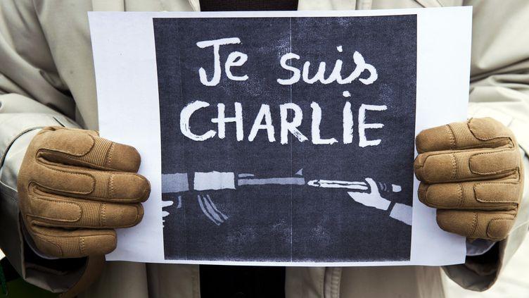 """Un journaliste tient une pancarte """"Je suis Charlie"""" à Pristina (Kosovo), le 8 janvier 2015, en hommage aux victimes de l'attaque de """"Charlie Hebdo"""". (ARMEND NIMANI / AFP)"""