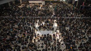 Des manifestants dans le hall de l'aéroport de Hong Kong, le12 août2019. (VERNON YUEN / AFP)