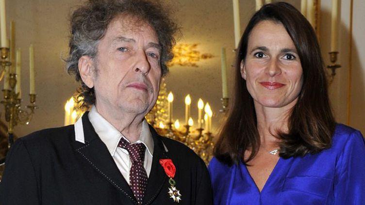 Bob Dylan, sa médaille de la Légion d'honneur et la ministre de la Culture Aurélie Filippetti, à Paris (13 novembre 2013)  (Didier Plowy / MCC / EPA / MaxPPP)