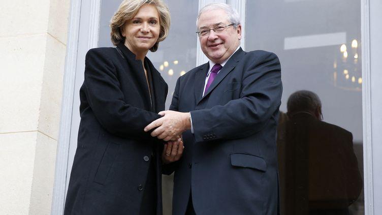 L'ancien président socialiste de la région Île-de-France, Jean-Paul Huchon, et Valérie Pécresse, lors de leur passage de pouvoir, le 18 décembre 2015, à Paris. (PATRICK KOVARIK / AFP)