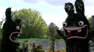 Sculptures végétales des Lapins crétins au parc du Futuroscope (Vienne)  (Culturebox)