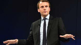 """Emmanuel Macron lors d'un meeting du mouvement """"En Marche"""" au Mans (Sarthe), le 11 octobre 2016. (JEAN-FRANCOIS MONIER / AFP)"""